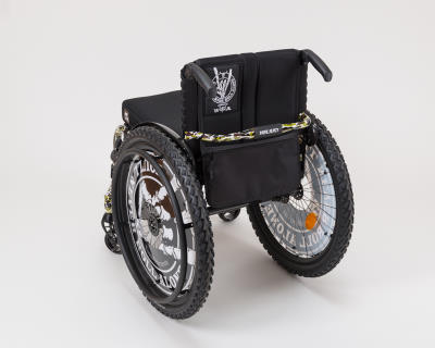 Der Wacken Rollstuhl macht auch von hinten einen guten Eindruck mit eigenem Logo