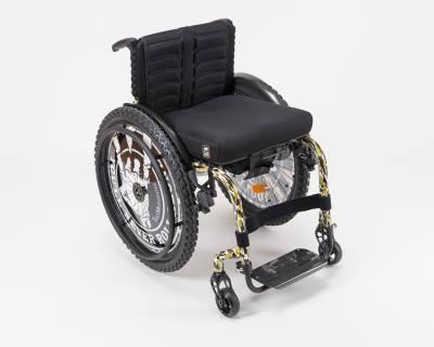 Das Bild zeigt einen Rollstuhl im Wacken-Design fotografiert von links vorne. Name des Rollis