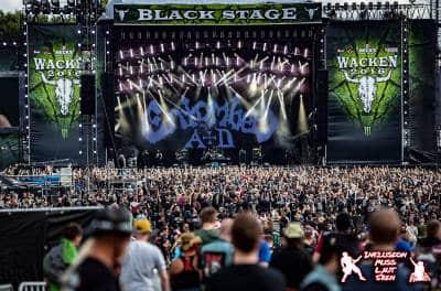 Die Bühne des Wacken Open Air 2016 mit 30000 Besuchern davor