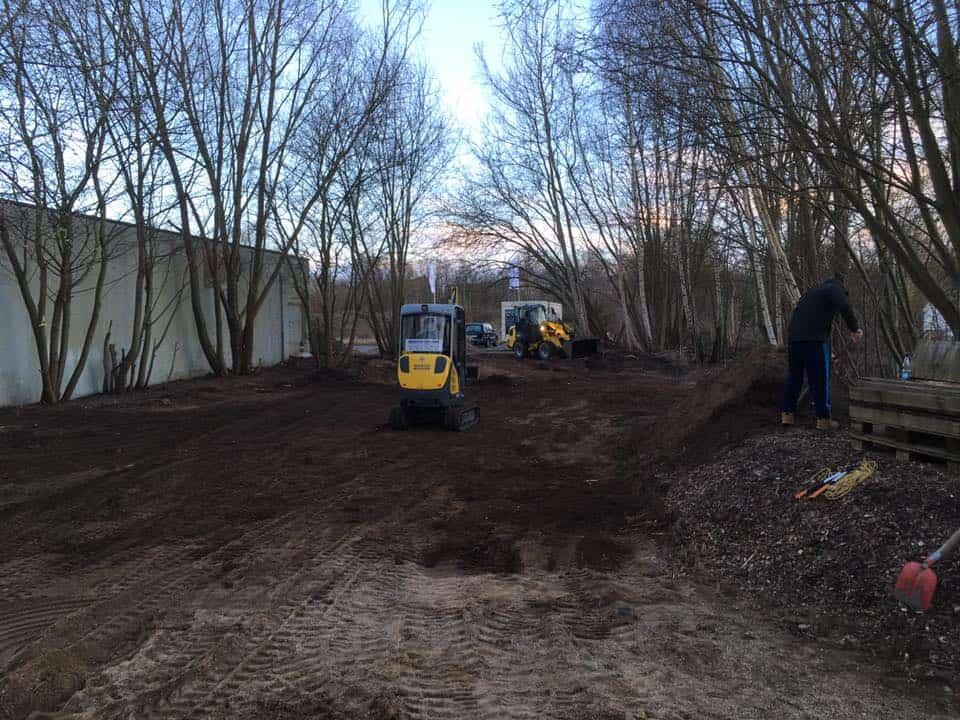 Der Bagger steht bereit für die erste Phase des Umbaus der Kalkberg Oase in Sachen Barrierefreiheit