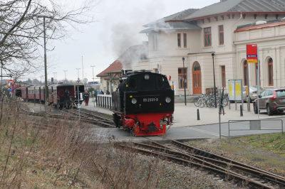 Im Bahnhof rangiert die Molli-Bahn mit lautem Pfeifen und viel Dampf