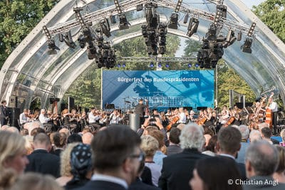Vor der Bühne stehen viele Besucher auf dem Bürgerfest des Bundespräsidenten in Berlin