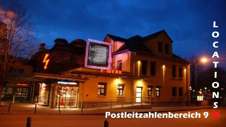 Das Bild zeigt eine Veranstaltungsstätte aus dem Postleitzahlengebiet 9. Es ist beschriftet mit Postleitzahlenbereich 9, einem Rotem Stern und Locations