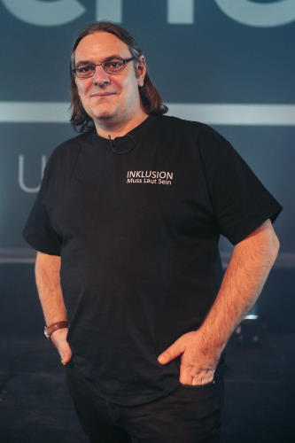 Ron ist der Gründer von Inklusion Muss Laut Sein und ein Vorreiter in Sachen Teilhabe
