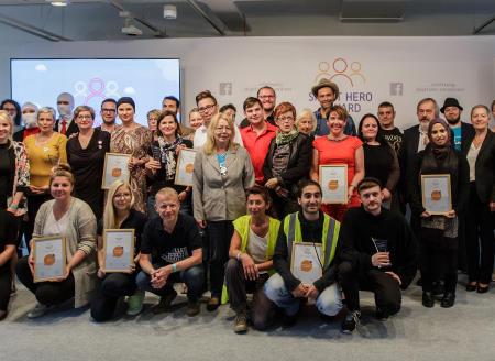 Stellvertretend für alle erhaltenen Auszeichnungen ein Bild vom Smart Hero Award. Die Gruppe der PreisträgerInnen hat sich zum Foto versammelt