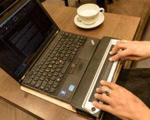 Die Braillezeile kann für einen barrierefreien Arbeitsplatz ein wichtiges Werkzeug sein. In unseren Schulungen, kannst du dich mit Experten austauschen